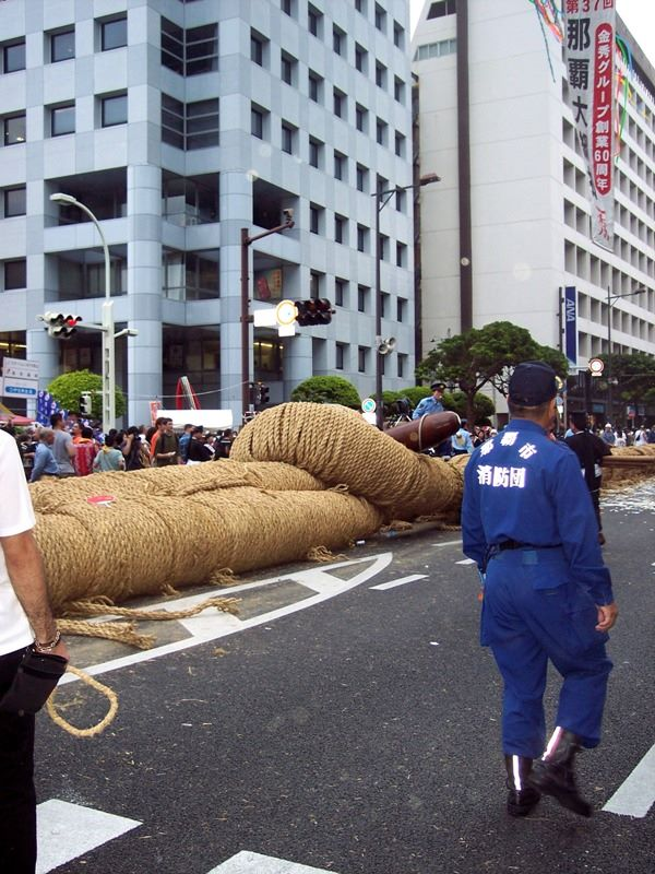 "The straw rope is 200 meters long. The crowd is divided into the ""East"" and ""West"" and tug for about 30 minutes or until a side can pull the rope 5 meters."